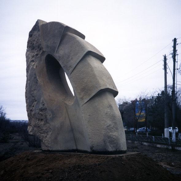 「Dance」 カフカス砂岩 高さ2.3m 1997年