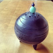 #10 彫刻家の小林晃一さんが新築祝いにくれた黒幻焼の香炉。思いがけなかったのでとても嬉しかった。お香を焚く、その煙の風情まで楽しい。その形、その色、密度の高い作品